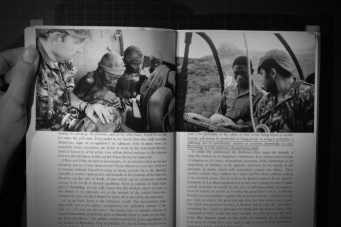 """""""Amar será sempre melhor que ser amado"""" [Loving will always be preferable to being loved]. Duas fotografias do que aparenta ser um episódio de resgate. Na fotografia da esquerda, o """"salvador"""" leva uma câmara de fotos. À direita, leva una espingarda."""