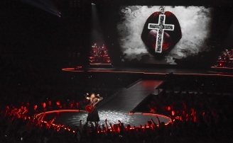 "FIGURA 10 - Imagem de Madonna na ""The Rebel Heart Tour Stage"""