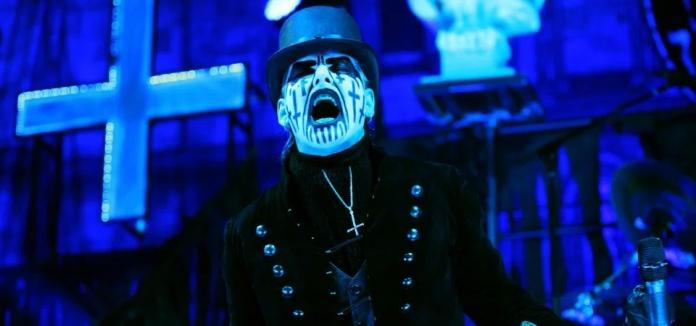 FIGURA 175 - King Diamond é um cantor dinamarquês de heavy metal, que actua a solo e desenha no rosto cruzes invertidas (2015)