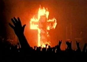 "FIGURA 191 - Still da emissão televisiva da tour ""Rock Is Dead"", de Marilyn Manson (1998) - cruz a arder, acesa na música ""Sweet Dreams/Hell Outro"""