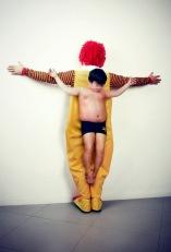 """FIGURA 244 - Fotografia da série """"The Untouchables"""", de Eric Ravelo, uma crítica à violência contra as crianças"""