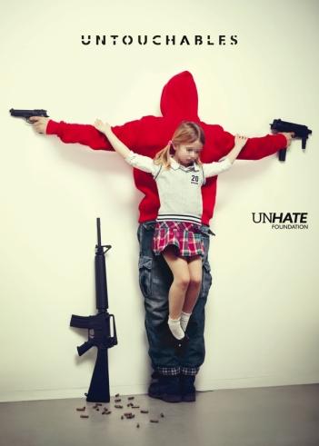 """FIGURA 247 - Fotografia da série """"The Untouchables"""", de Eric Ravelo, uma crítica à violência contra as crianças"""