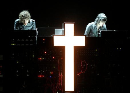 FIGURA 3 - A banda francesa JUSTICE fez da cruz cristã o seu logotipo