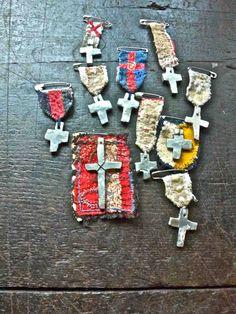 """FIGURA 60 - """"Mr. X Switch"""", peças de Junko Oki, artista que usa frequentemente a cruz nos seus trabalhos artísticos de costura"""